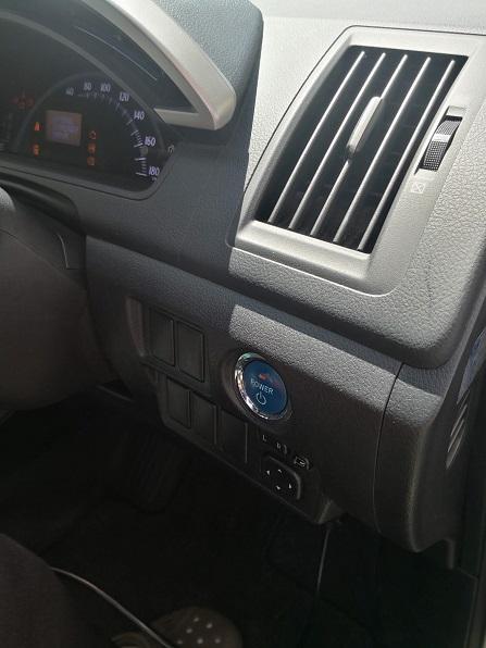 ハンドル右側にプッシュスタートボタン