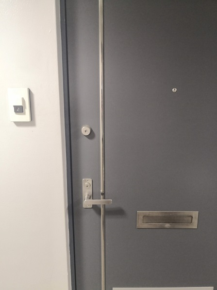 下部が主錠の面付箱錠PMK、上部が面付補助錠NDR
