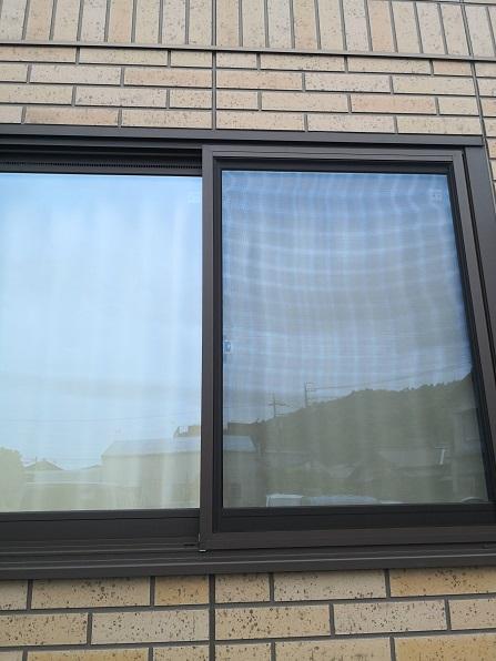 玄関横の腰高窓