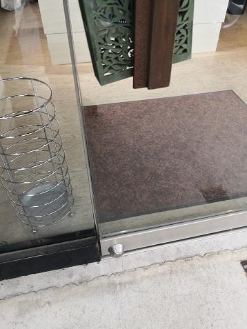 強化ガラス扉