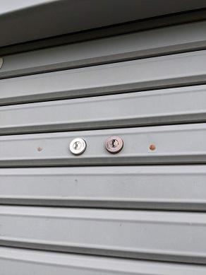 カワカミシャッターの鍵穴が二つある ツーロックタイプ