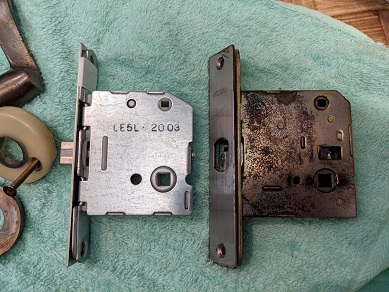 元の錠ケースはかなり腐食しています。